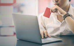 Kurz geerntet vom Geschäftsmann, der leere rote Karte hält Lizenzfreies Stockfoto