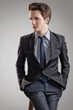 Kurze Frisur. Porträt des jungen Mannes mit dem braunen Haar Stockfotografie