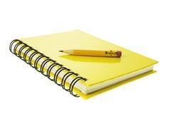 Kurzer Bleistift auf Anmerkungs-Buch Lizenzfreie Stockfotos