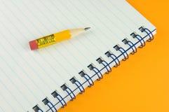 Kurzer Bleistift auf Protokoll lizenzfreie stockfotos