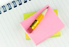 Kurzer Bleistift auf Protokollen stockfotos