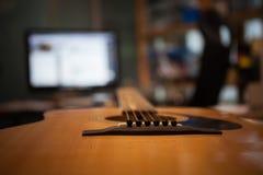Kurzer Fokus der Gitarre innerhalb eines Tonstudios Lizenzfreie Stockbilder