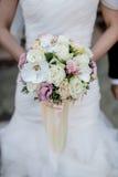 Kurzer Fokus des Brautblumenstraußes Stockbilder