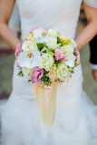 Kurzer Fokus des Brautblumenstraußes Stockfotografie