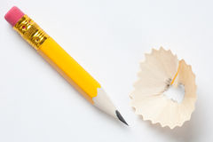 Kurzer gelber Bleistift auf strukturiertem Weißbuch Stockbild