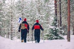 Kurzer Rest in einem magischen Holz Touristen wandern in der schneebedeckter Waldschönen Winterlandschaft lizenzfreies stockfoto