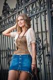 Kurzer Rock und Tasche des Mädchens, die auf Straße geht. Junges europäisches Mädchen in der städtischen Landschaft Stockfoto