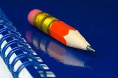 Kurzer roter Bleistift stockbild