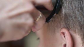 Kurzes Haar des Jungenhaarschnitts stock video