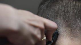 Kurzes Haar des Jungenhaarschnitts stock footage