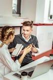 Kurzhaariger lächelnder Kerl, der aktiv während des Gespräches gestikuliert stockbilder