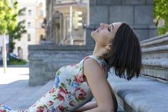 Kurzhaariges Mädchen, Porträt der jungen Frau im Profil Lizenzfreies Stockfoto