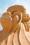 Kurzlebige Skulptur vom Sand. Mütterliche Liebe Stockbilder