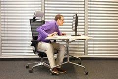 Kurzsichtigkeit, Myopie, Mann am Computer Lizenzfreies Stockfoto