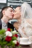 Kus de bruid en de bruidegom royalty-vrije stock foto
