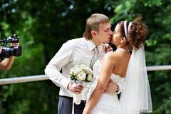 Kus de bruid en de bruidegom bij huwelijksgang Royalty-vrije Stock Afbeeldingen