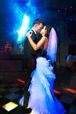 Kus en dans jonge bruid en bruidegom Stock Foto's