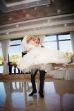 Kus en dans jonge bruid en bruidegom Stock Foto