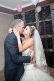 Kus en dans jonge bruid en bruidegom Royalty-vrije Stock Foto