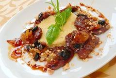 Kus-kus de gruau avec du boeuf et le raisin sec Photos stock