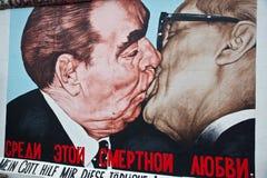 Kus tussen Brezhnev en Honecker stock afbeelding