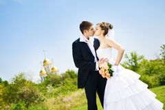 Kus van bruid en bruidegom stock fotografie