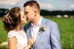 kus van de bruid en de bruidegom royalty-vrije stock fotografie