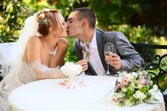 Kus van de bruidegom en de bruid Royalty-vrije Stock Afbeeldingen