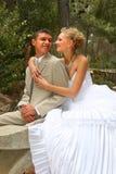 Kus van de bruidegom en de bruid. Royalty-vrije Stock Foto