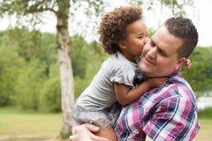 Kus van het meisje aan haar papa Stock Foto