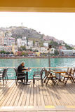 KUSADASI, TURKEY-2 2014年12月一个人读报纸 库存照片