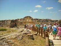 Kusadasi, Турция - 19-ое июня 2012: туристское входя в Hierapolis, древний город расположенный на горячих источниках в классическ стоковые изображения rf