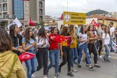 Kusadasi, die Türkei, 05/19/2019: Eine Feier auf den Straßen der Stadt Glückliche Menschen kamen für eine Demonstration heraus lizenzfreie stockfotografie