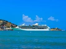 Kusadasi Turcja, Czerwiec, - 09, 2015: Statek wycieczkowy świetność morza Królewskim Karaibskim zawody międzynarodowi przy portem Zdjęcia Stock