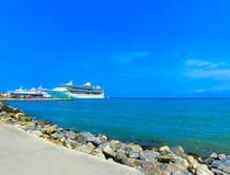 Kusadasi Turcja, Czerwiec, - 09, 2015: Statek wycieczkowy świetność morza Królewskim Karaibskim zawody międzynarodowi przy portem Zdjęcie Royalty Free
