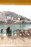 KUSADASI, TURKEY-2 Grudzień 2014 mężczyzna jest czytelniczym gazetą Zdjęcia Stock