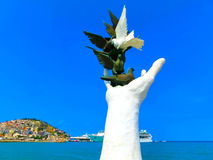 Kusadasi Turkiet - Juni 09, 2015: Fredhandmonument royaltyfri foto