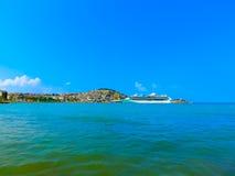 Kusadasi Turkiet - Juni 09, 2015: Glans för kryssningskepp av haven vid den kungliga karibiska internationalen på port av Kusadas Arkivfoton