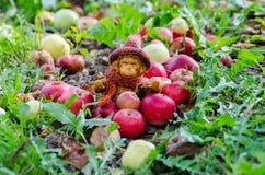 Kuschelaffespielzeug unter einem Apfelbaum stockbild