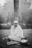 KUSHINAGAR, INDIA - DECEMBER 6, 2016: Een Boeddhistische monnik mediteert bij de Buddha's-Crematie Stupa Royalty-vrije Stock Foto's