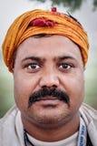 KUSHINAGAR, INDIA - DECEMBER 6, 2016: Een close-uphoofd van een Indische arbeider bij Parinirvana-Tempel van Kushinagar wordt ges Royalty-vrije Stock Afbeelding