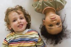 kusiner tillsammans fotografering för bildbyråer