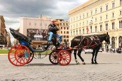 Kusken sitter på en vagn italy rome Arkivbilder