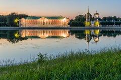 Kuskovo公园在日落的莫斯科 免版税库存照片