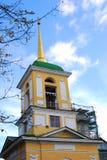 Kuskovo公园在莫斯科 在整修下的一个响铃塔 免版税库存图片
