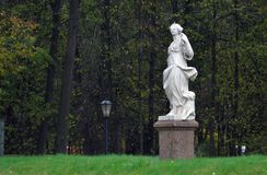 Kuskovo公园在莫斯科 妇女雕塑 绿色结构树 免版税图库摄影