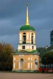 Kuskovo公园在莫斯科 黄色响铃塔 库存照片