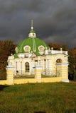 Kuskovo公园在莫斯科 洞穴1755-61,装饰在早期的18世纪70年代前 免版税库存照片