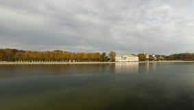 Kuskovo宫殿在秋天 免版税库存图片