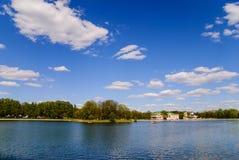Kuskovo庄园的池塘 免版税库存照片